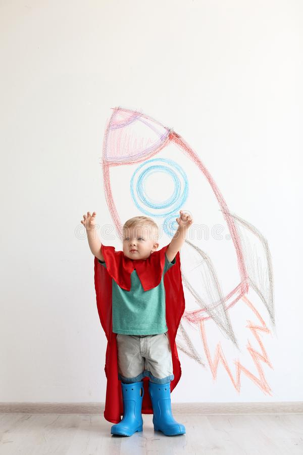 Uroczy małe dziecko bawić się astronauta blisko izoluje obraz stock