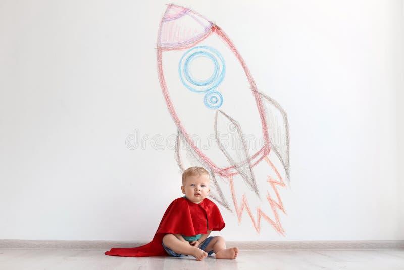 Uroczy małe dziecko bawić się astronauta blisko izoluje fotografia stock