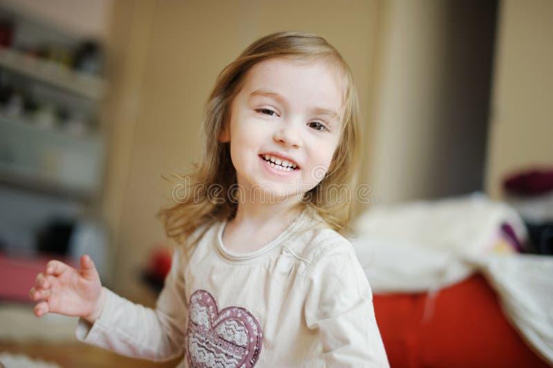 Download Uroczy Małej Dziewczynki śmiać Się Obraz Stock - Obraz złożonej z dziewczyna, piękny: 28972669