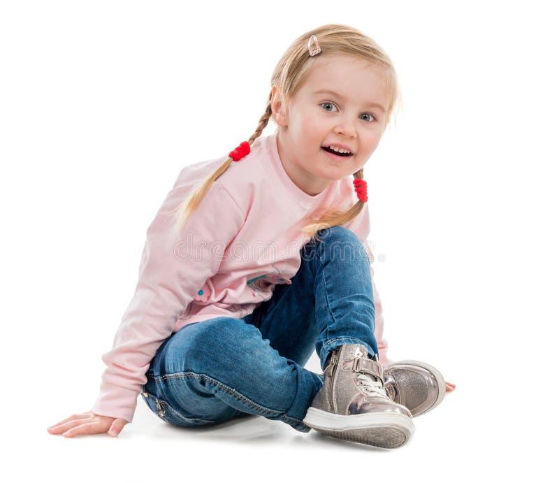 Uroczy małej dziewczynki obsiadanie na podłoga obrazy stock
