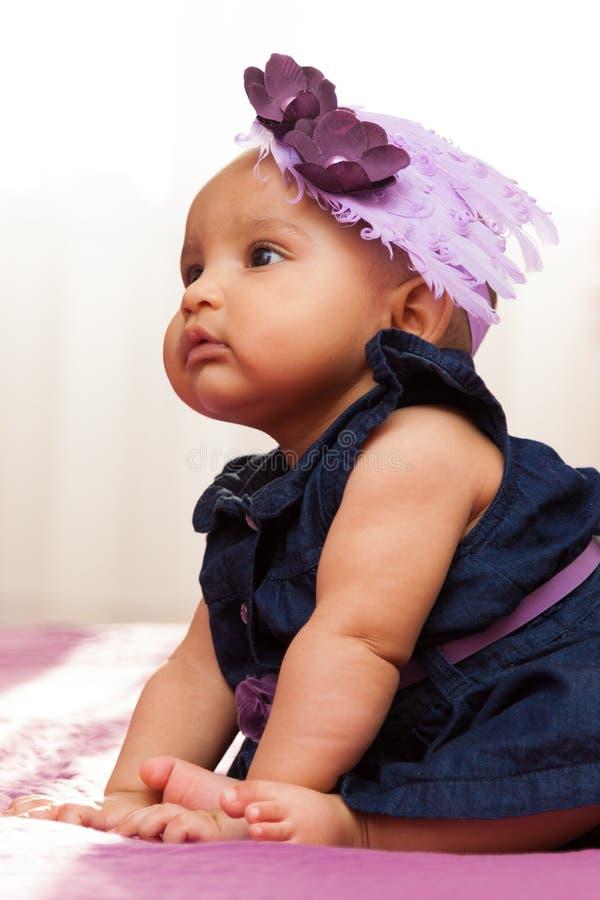Uroczy mały amerykanin afrykańskiego pochodzenia dziewczynki patrzeć - Czarny peopl fotografia royalty free