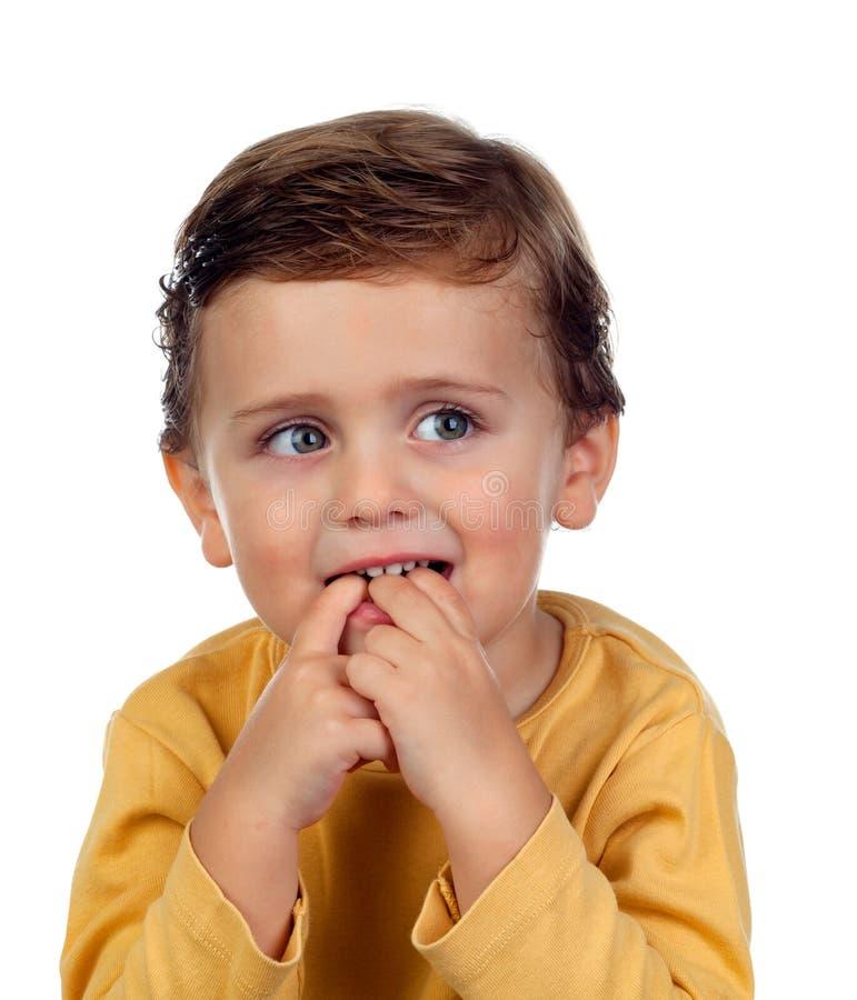 Uroczy mały dziecka dwa lat ssa jego ręka odizolowywająca dalej zdjęcia royalty free