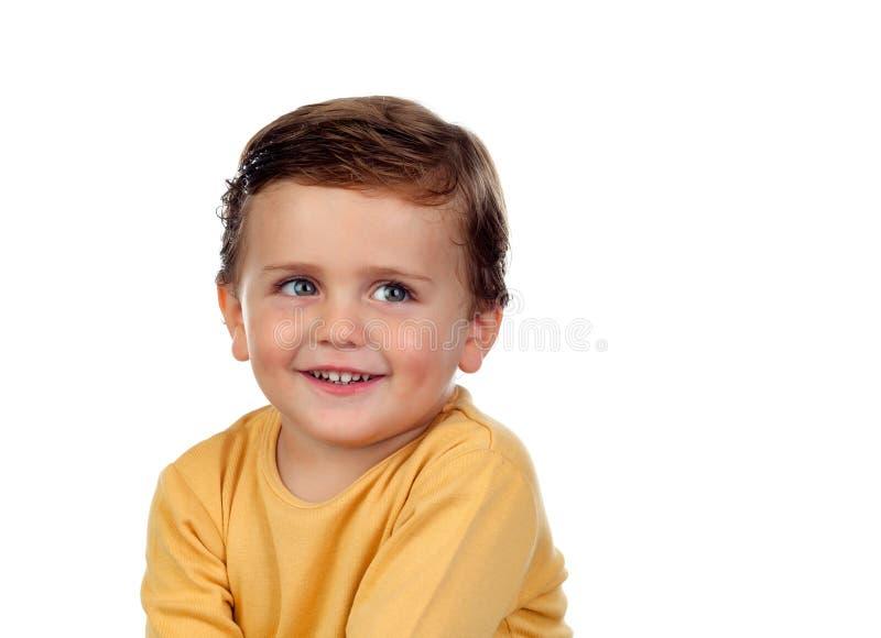 Uroczy mały dziecka dwa lat z żółtą koszulką zdjęcie royalty free