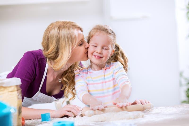 Uroczy macierzysty całowanie warty córkę zdjęcia stock
