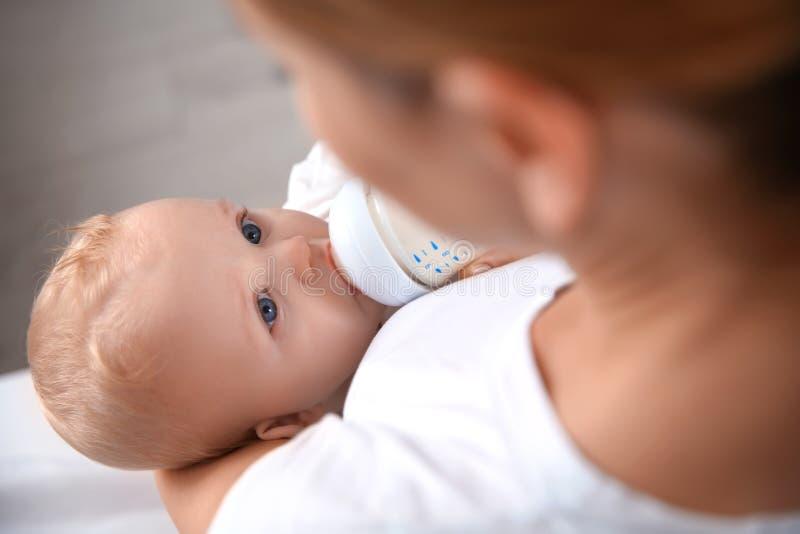 Uroczy macierzysty karmienie jej dziecko od butelki zdjęcia stock