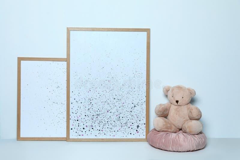 Uroczy miś i obrazki Dziecko pokoju wnętrza wystrój zdjęcie stock