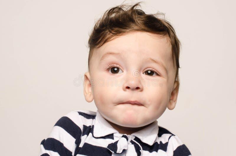 Uroczy nagi dziecko robi ślicznego mimika zdjęcie stock