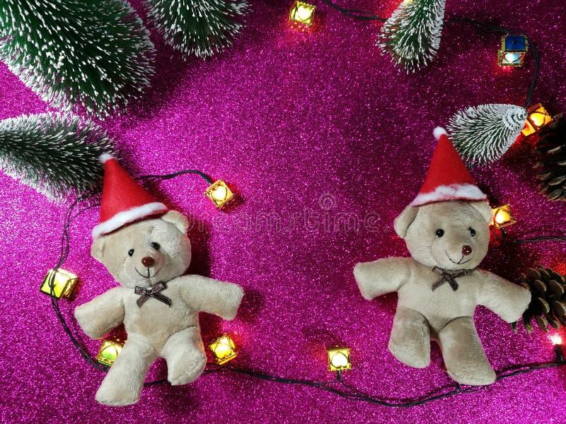 Uroczy para niedźwiedź, choinka na różowego gliter tła pobliskiego ornamentu oświetleniowej żarówce przy cichą nocą i, święta noc obraz stock