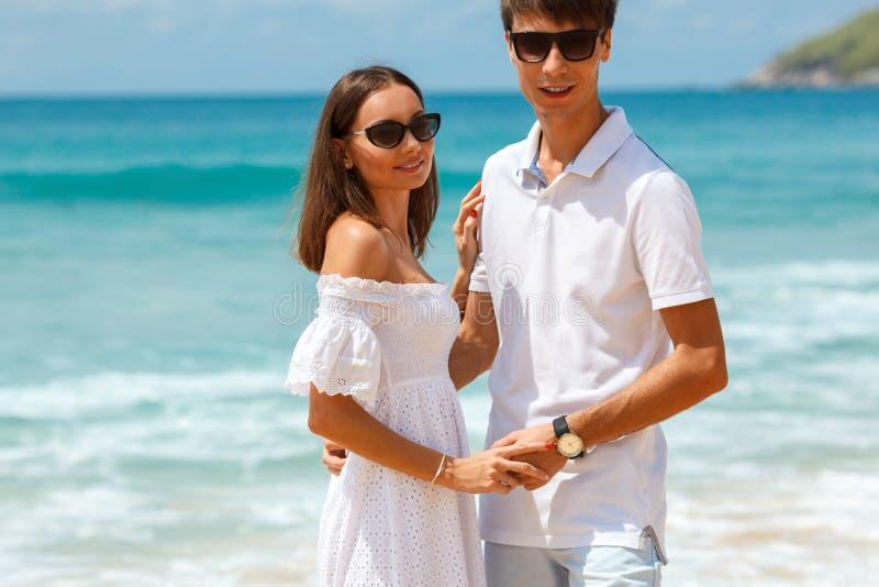 Uroczy pary odprowadzenie na tropikalnej plaży zdjęcie royalty free
