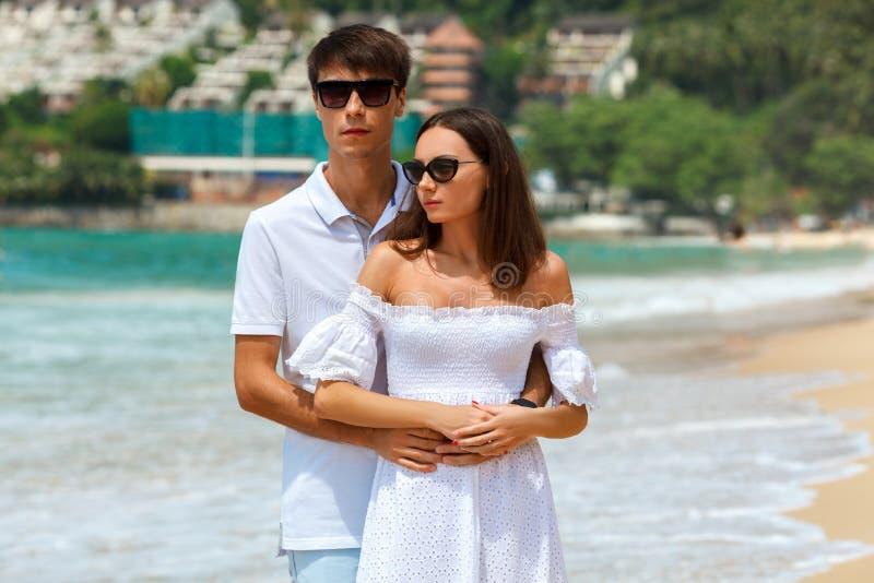 Uroczy pary odprowadzenie na tropikalnej plaży fotografia stock