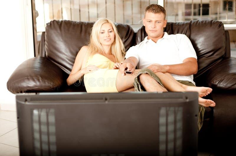 uroczy pary tv dopatrywanie obrazy royalty free