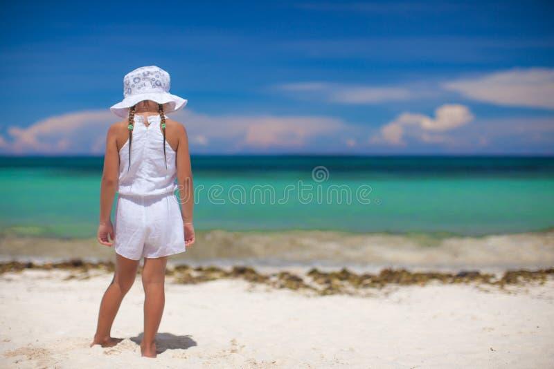 Uroczy piękni małej dziewczynki samotnie spojrzenia przy obraz stock