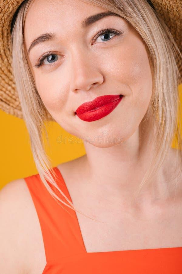 Uroczy piękny kobieta portret Błękit eyesed blondynki piękno Pionowo skład wielkie usta zdjęcia stock
