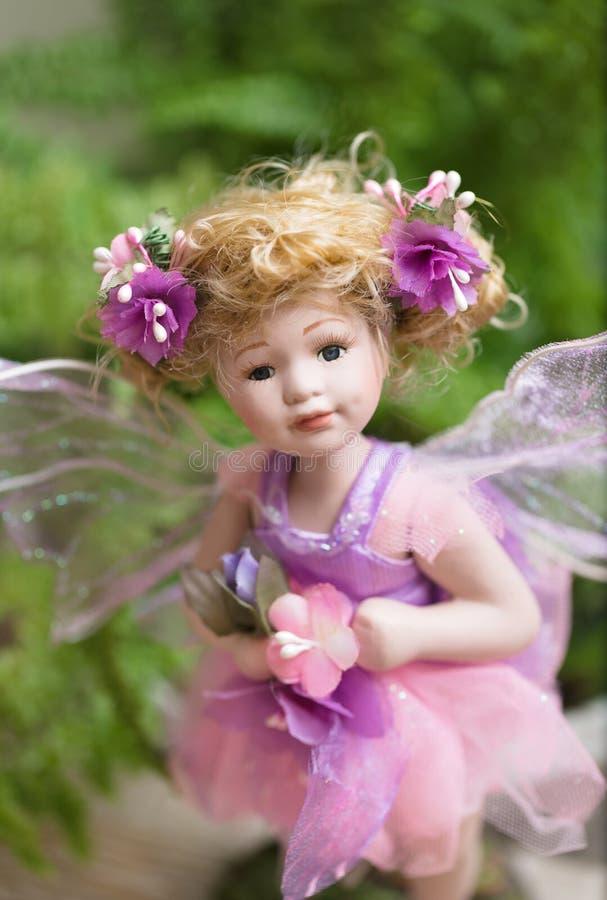 Uroczy posążek, czarodziejska lala w paprociowego ulistnienia spojrzenia pięknych oczach przy tobą obraz royalty free