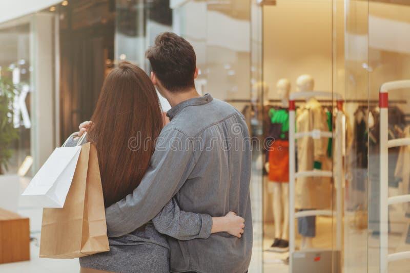 Uroczy potomstwa dobierają się zakupy przy centrum handlowym wpólnie obrazy royalty free