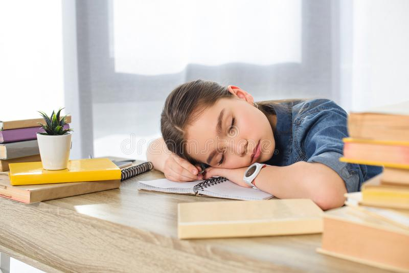 uroczy preteen dziecka dosypianie na książkach fotografia stock