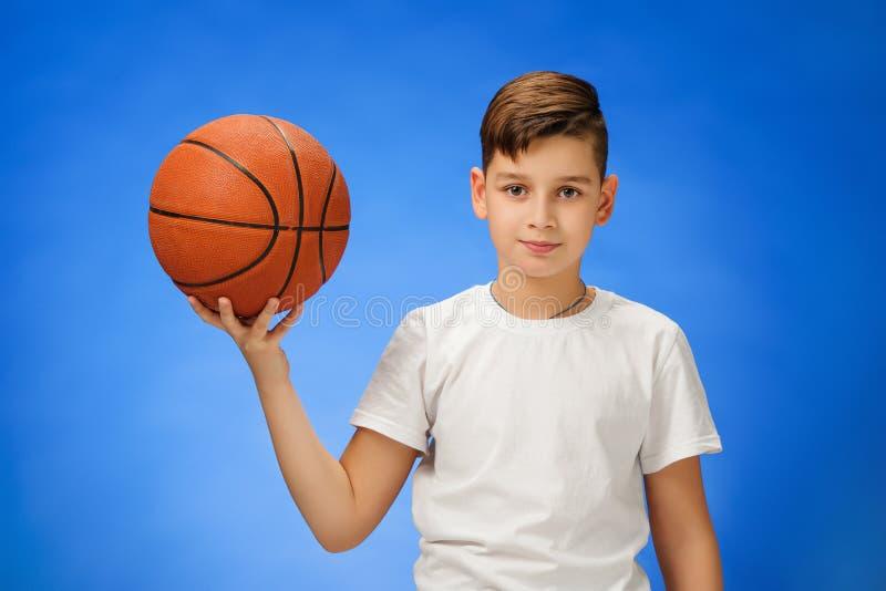 Uroczy 11 roczniaka chłopiec dziecko z koszykówki piłką obraz royalty free