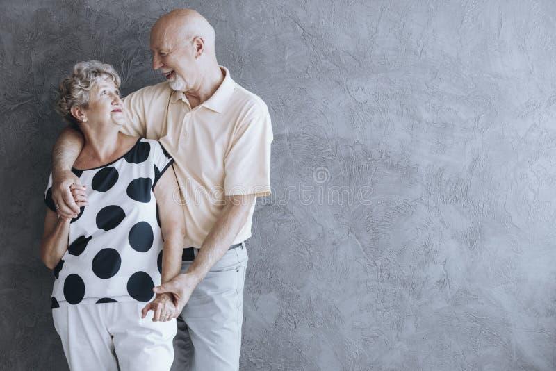 Uroczy starszy pary przytulenie obrazy royalty free