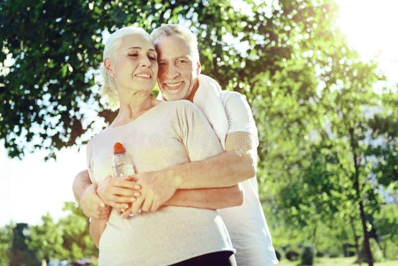 Uroczy starszy pary przytulenie w parku obrazy royalty free