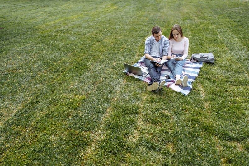 Uroczy studenci uniwersytetu studiuje outdoors kosmos kopii zdjęcia royalty free