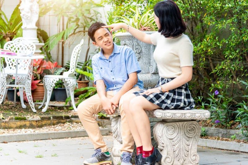 Uroczy szczęśliwy brat siostrzany bierze opieki obsiadanie na ławce wewnątrz obraz royalty free