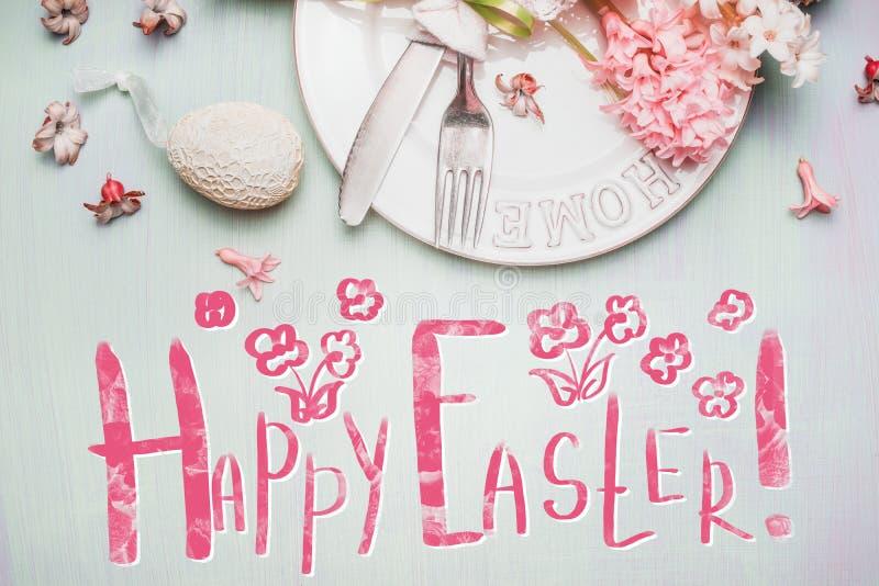 Uroczy Szczęśliwy Wielkanocny kartka z pozdrowieniami z tekstem, jajkami, tortami i wiosna hiacyntami, kwitnie w pastelu zdjęcie royalty free