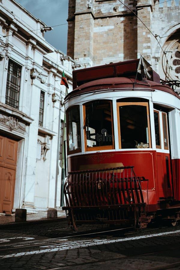 Uroczy tramwaj przechodzi bezpośrednio przed Se katedrą w Lisbon Lisboa Lissabon zdjęcia royalty free