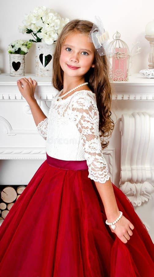 Uroczy uśmiechnięty małej dziewczynki dziecko w princess sukni obrazy royalty free