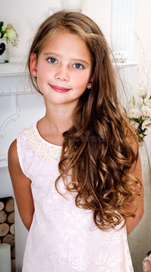 Uroczy uśmiechnięty małej dziewczynki dziecko w princess sukni fotografia royalty free