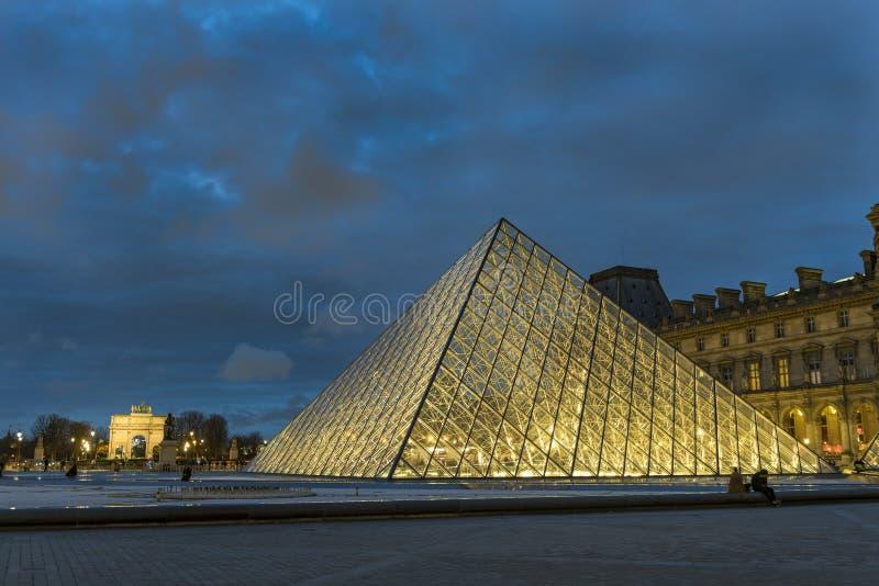 Uroczy widok pyrmaid Le Louvre przy zmierzchem obraz royalty free
