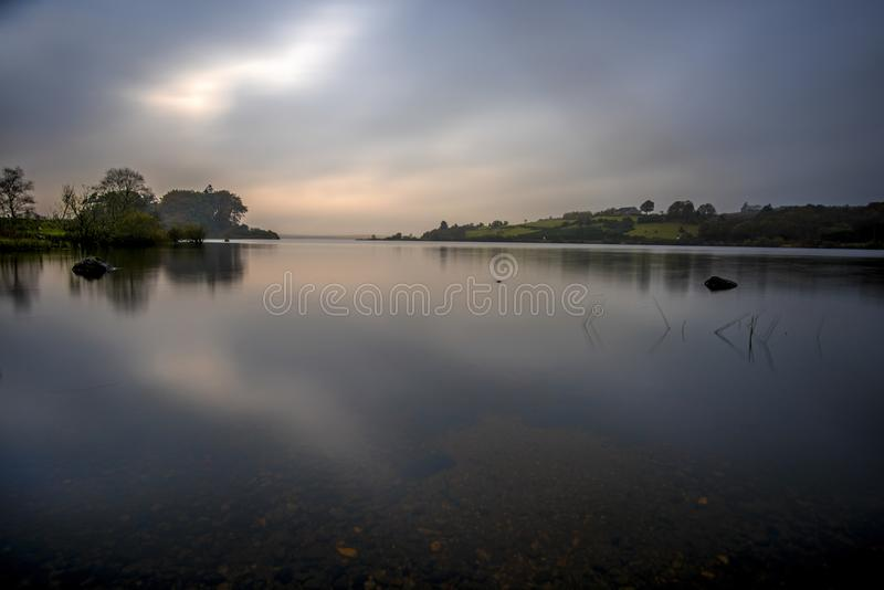 Uroczy wieczór jeziorem obraz stock