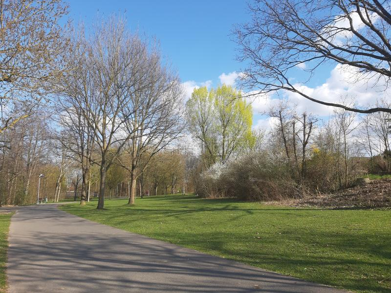 Uroczy wiosna krajobraz z pięknym niebem obrazy stock