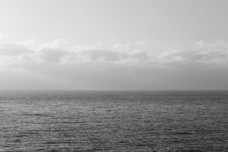 Uroczy zmierzch Nad morzem Niektóre Spokojny morze i chmury w maderze - obrazy stock