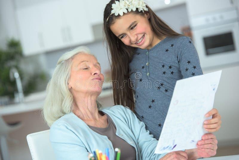 Uroczysta córka i babcia ma dobrego czas wpólnie obrazy royalty free
