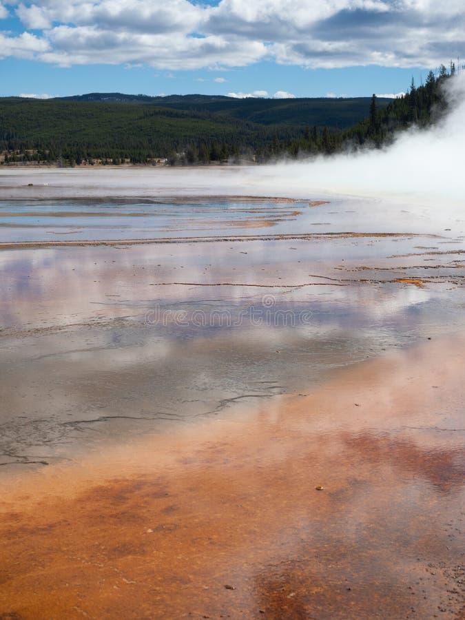 Uroczysta Graniastosłupowa wiosna w Yellowstone parku narodowym z Chmurnymi niebami Nad fotografia royalty free