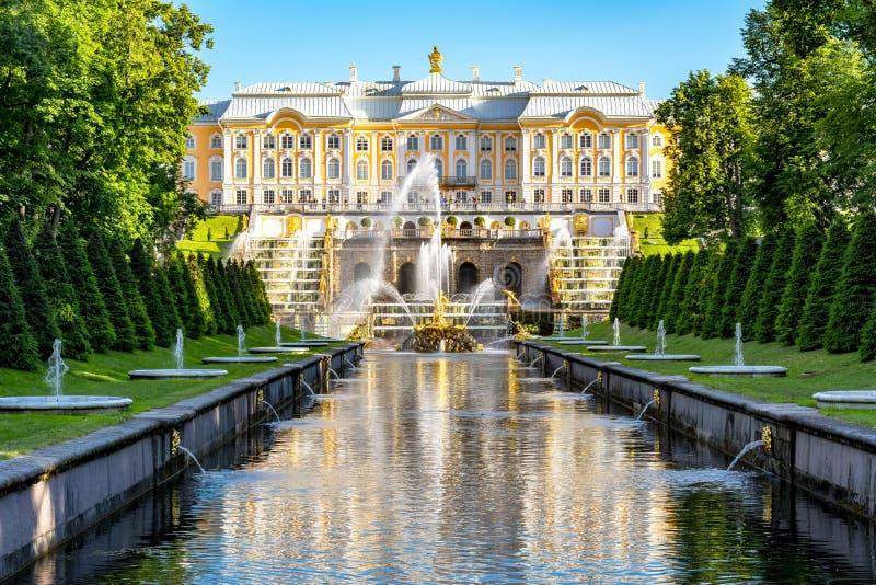 Uroczysta kaskada fontanna i fontanny aleja blisko St Petersburg Peterhof pałac, Samson, Rosja fotografia stock