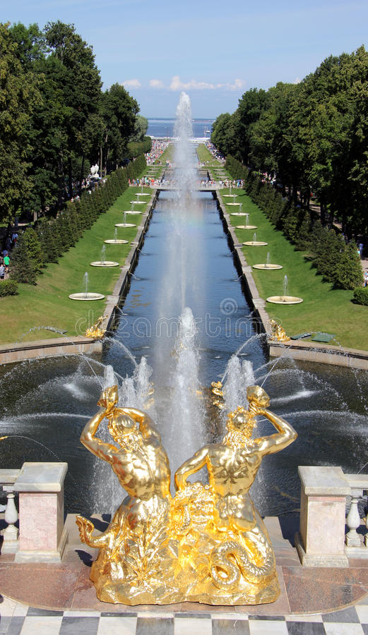 Uroczysta kaskada w Peterhof zdjęcia royalty free