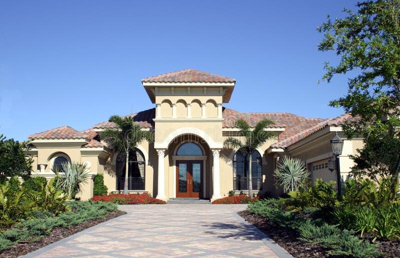 Download Uroczyste dom obraz stock. Obraz złożonej z wejście, podjazd - 131707