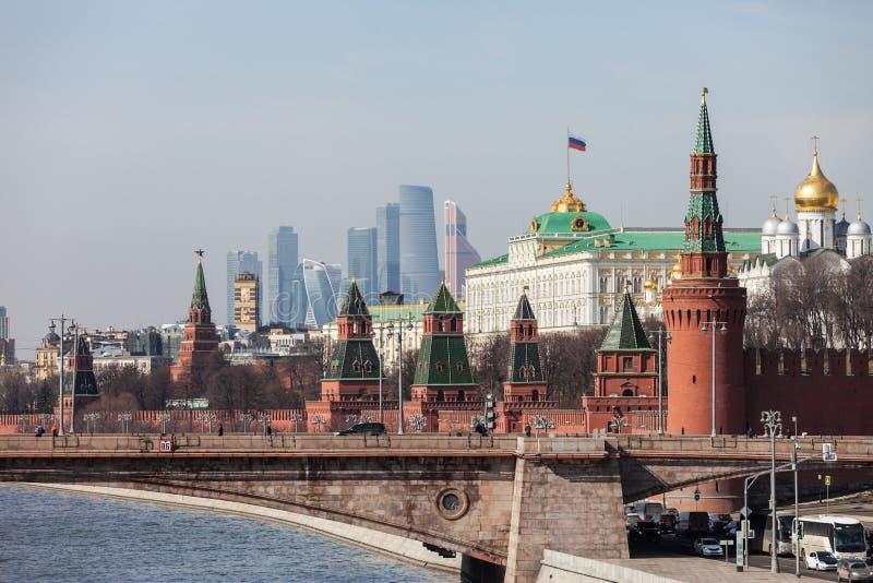 Uroczyste Kremlowskie pałac ściany i Górują przy Rosja Moskwa miastem i nowożytni Moskwa centrum biznesu MIBC Międzynarodowi drap obraz stock