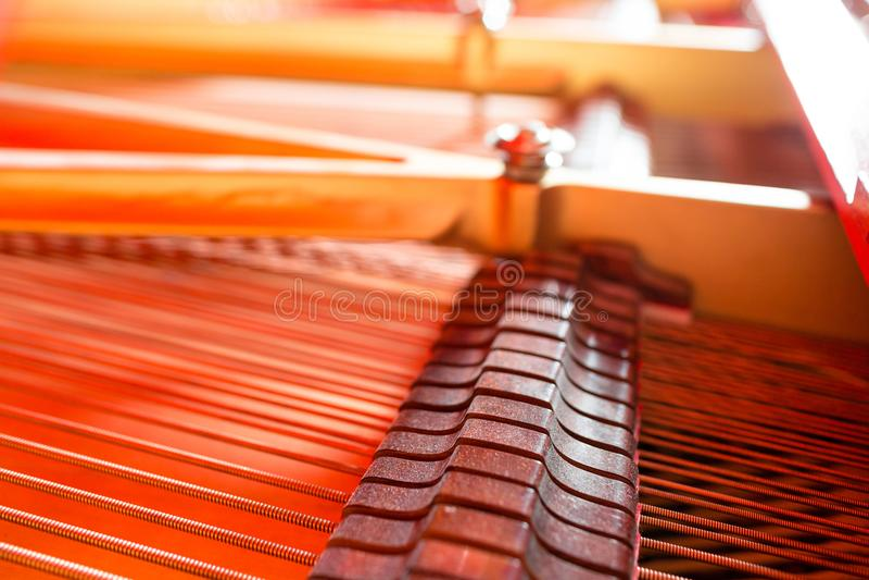 Uroczystego pianina sznurki Pianino inside z płytką głębią pole obraz royalty free