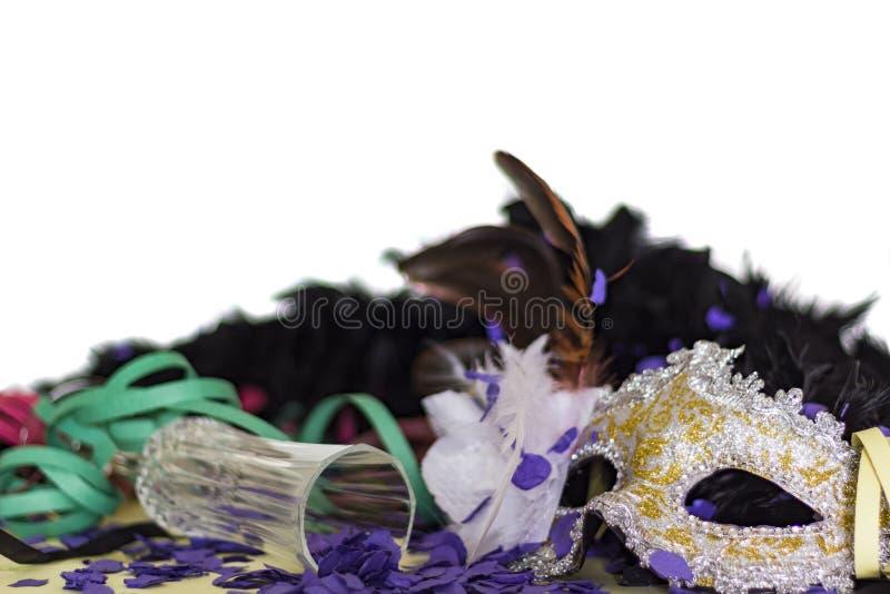 Uroczystość i koncepcja partyjna Szkło karnawałowe, serpentynowe, konfetti i szampana na białym tle obraz stock