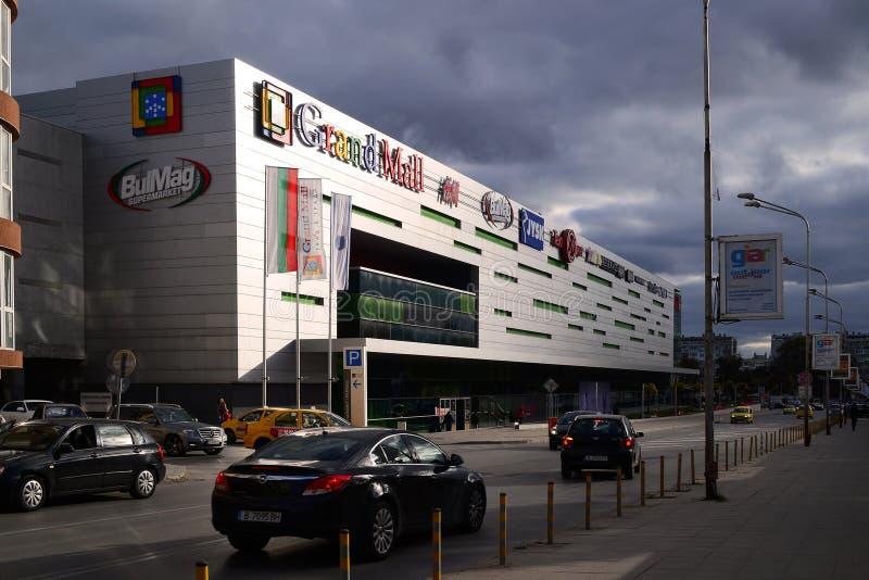 Uroczysty centrum handlowego Varna centrum handlowe w ostatnich promieniach położenia słońce przeciw tłu zmrok - szare podeszczow zdjęcia royalty free