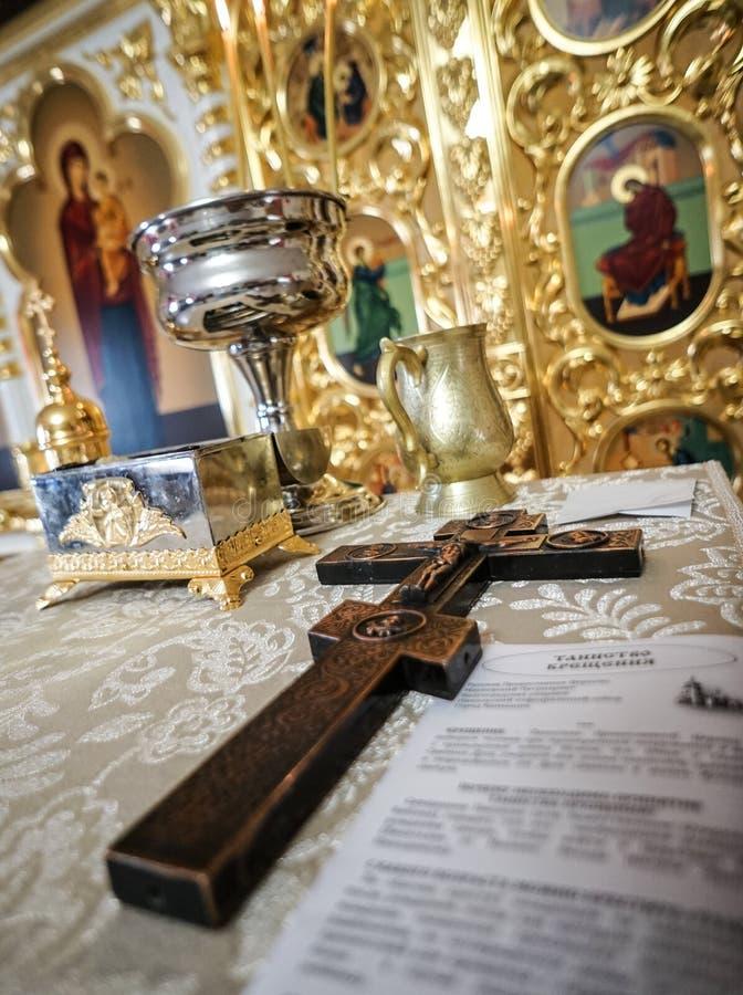 Uroczysty krzyż na ołtarzu zdjęcia stock