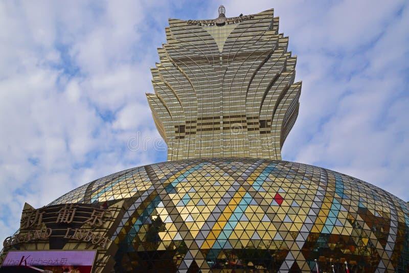 Uroczysty Lisboa hotel w Macau przypomina liścia wzór z hotelu imię widocznym i semiphere fotografia stock