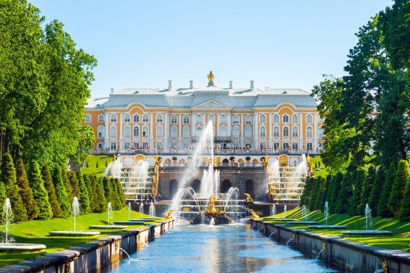 Uroczysty pałac i Uroczyste kaskadowe fontanny w Petergof fotografia royalty free