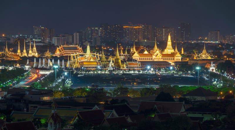 Uroczysty pałac Szmaragdowy Buddha w Bangkok mieście przy nocą i świątynia fotografia stock