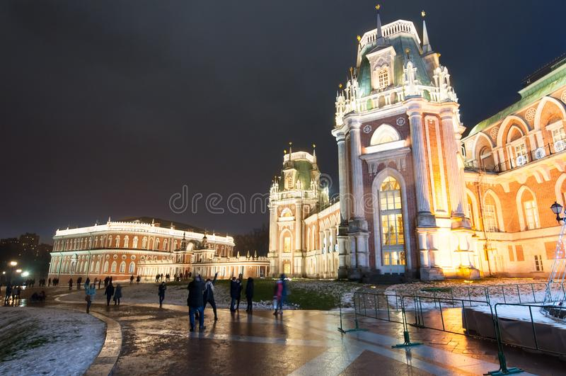 Uroczysty pałac w Tsaritsyno parka i muzeum rezerwie podczas Bożenarodzeniowego czasu, turyści iść zwiedzać obraz stock