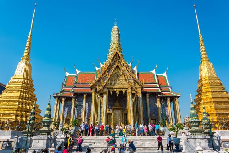 Uroczysty pałac wejście z tłoczy się turyści bangkok Thailand zdjęcie stock