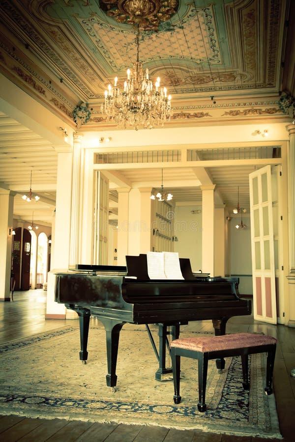 Uroczysty pianino w starym rocznika luksusu wnętrzu obrazy royalty free