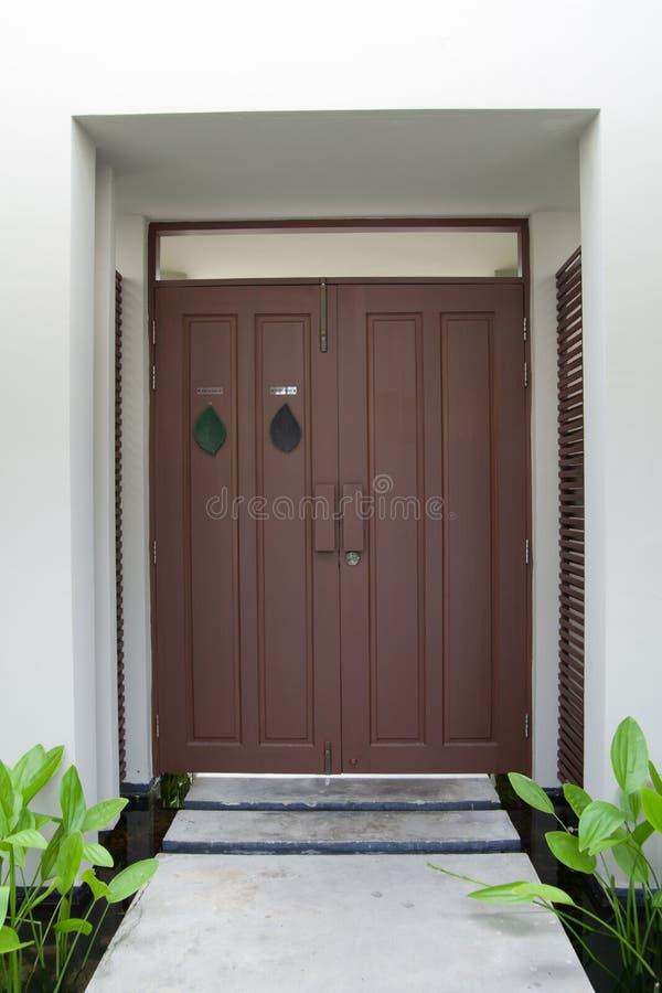 Uroczysty projekt - drewniany drzwi obrazy stock